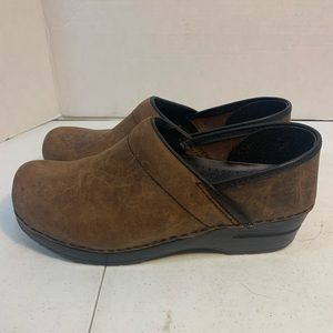 Women's size 39 brown distressed leather clogs